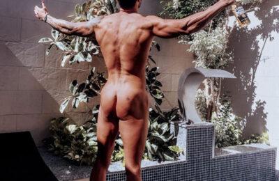 Iván González desnudo presume de cuerpazo