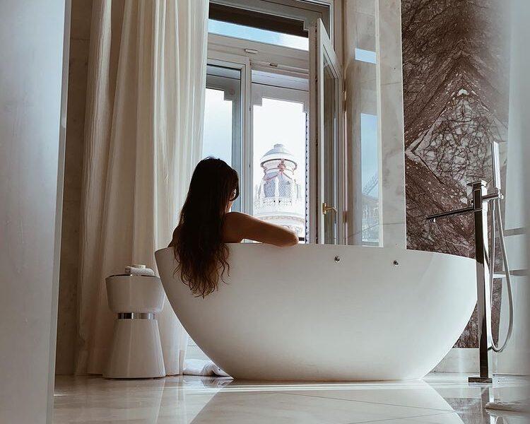 La mujer de Koke posa desnuda en la bañera del hotel Four Season y las redes se estremecen